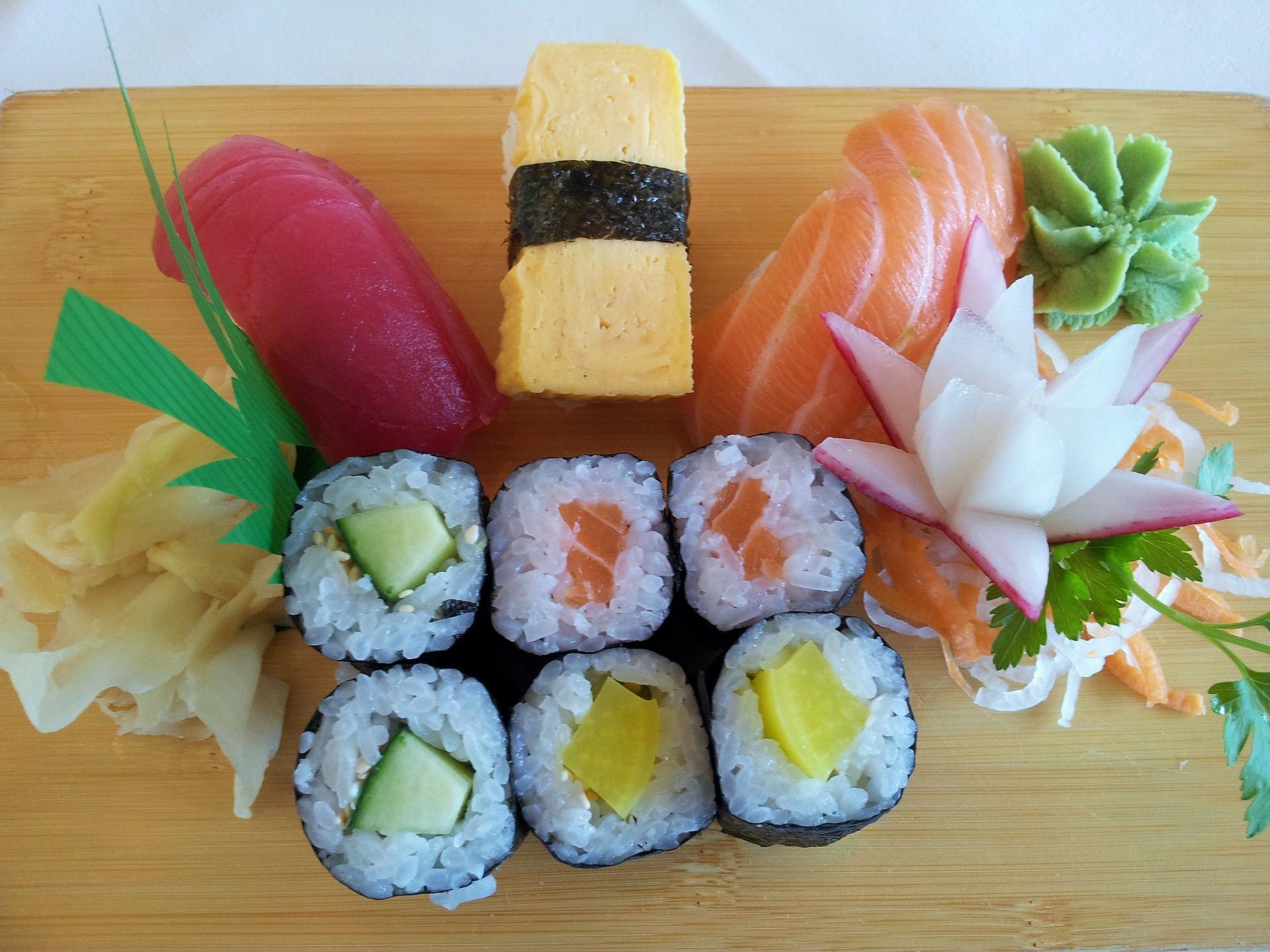 Planka med olika sorters sushi